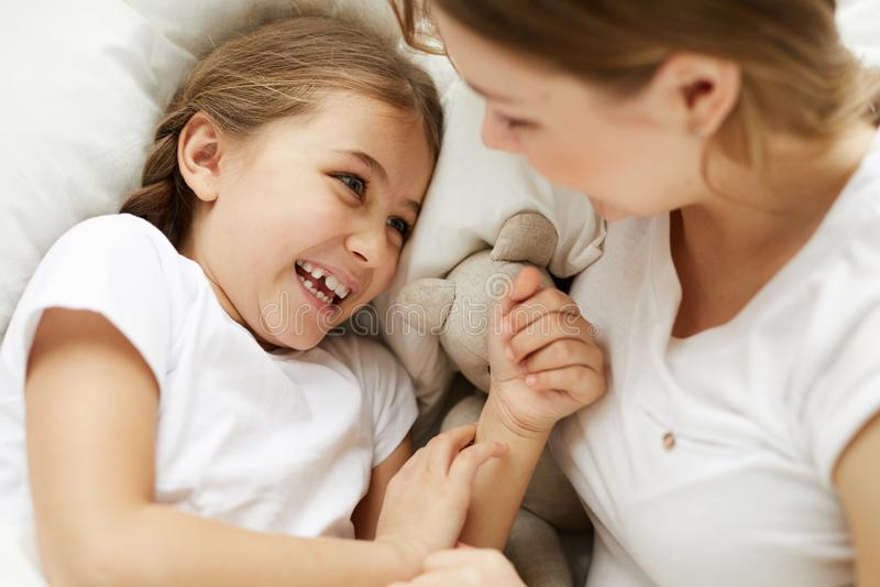 Χαριτωμένο ξένοιαστο κορίτσι με Mom στοκ εικόνες με δικαίωμα ελεύθερης χρήσης