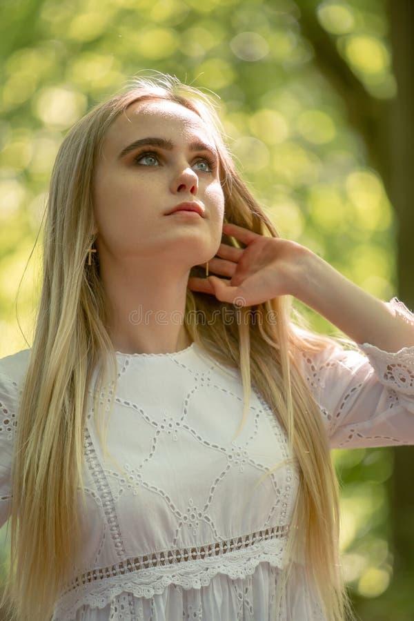 Χαριτωμένο ξανθό κορίτσι στοκ εικόνες με δικαίωμα ελεύθερης χρήσης
