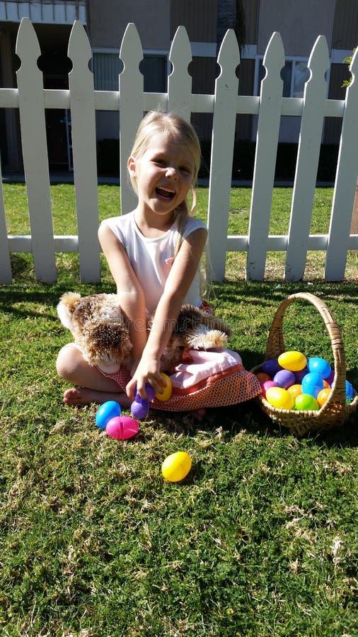 Χαριτωμένο ξανθό κορίτσι που χαμογελά για Πάσχα στοκ εικόνα