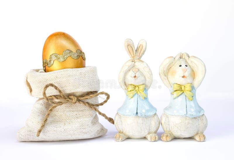 Χαριτωμένο ξύλινο κουνέλι με το χρυσό αυγό Πάσχας στοκ φωτογραφία με δικαίωμα ελεύθερης χρήσης
