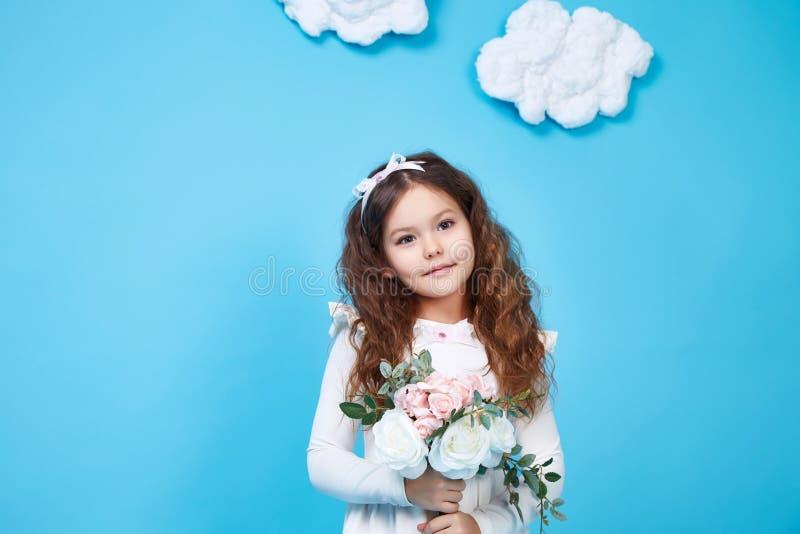 Χαριτωμένο λουλούδι χαμόγελου μικρών κοριτσιών φορεμάτων μόδας παιδιών παιδιών στοκ εικόνα με δικαίωμα ελεύθερης χρήσης