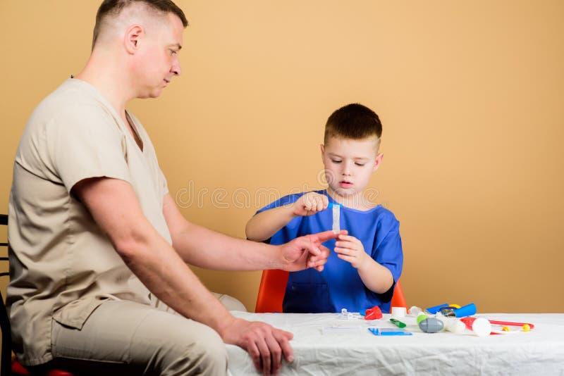 Χαριτωμένο παιδί αγοριών και ο γιατρός πατέρων του Εργαζόμενος νοσοκομείων Ιατρική υπηρεσία Εργαστήριο ανάλυσης Το παιδί λίγος γι στοκ φωτογραφία