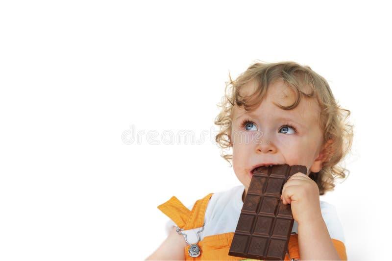 Χαριτωμένο παιδί που τρώει τη σοκολάτα στοκ φωτογραφία με δικαίωμα ελεύθερης χρήσης