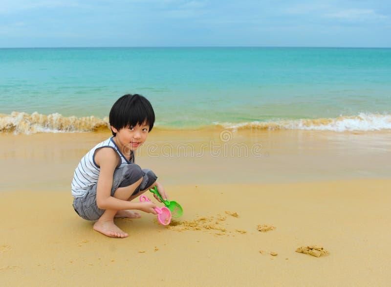 Χαριτωμένο παιχνίδι αγοριών στην παραλία στοκ φωτογραφία με δικαίωμα ελεύθερης χρήσης