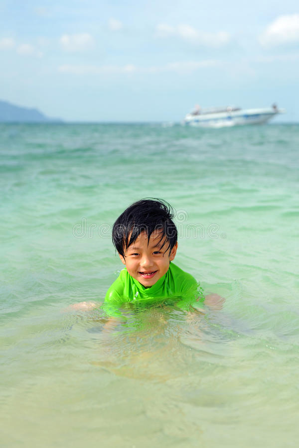 Χαριτωμένο παιχνίδι αγοριών στη θάλασσα στοκ φωτογραφίες με δικαίωμα ελεύθερης χρήσης