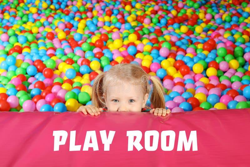 Χαριτωμένο παιχνίδι παιδιών στο κοίλωμα σφαιρών στοκ φωτογραφία με δικαίωμα ελεύθερης χρήσης