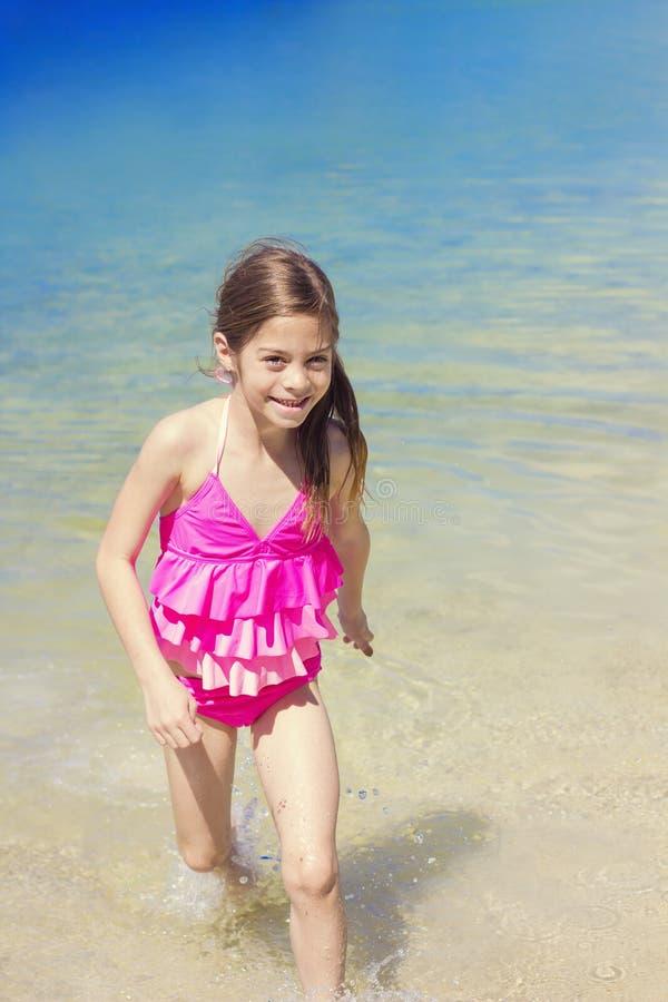 Χαριτωμένο παιχνίδι κοριτσιών στον ωκεανό στις διακοπές στοκ εικόνα με δικαίωμα ελεύθερης χρήσης