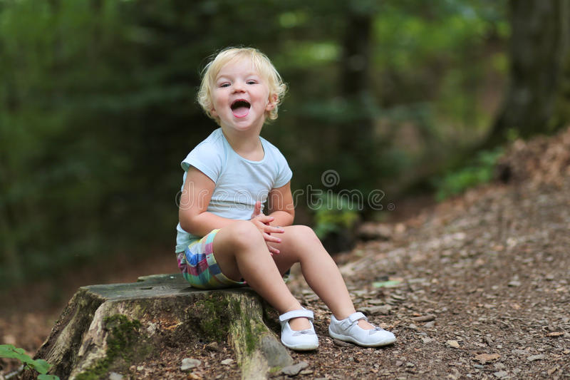 Χαριτωμένο παιχνίδι μικρών κοριτσιών στο δάσος στοκ φωτογραφία