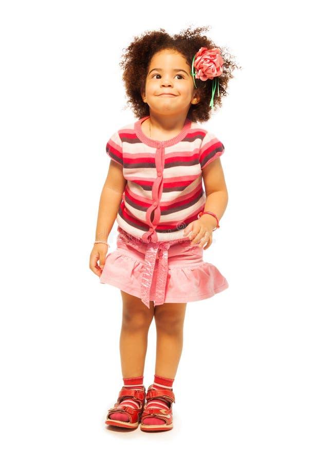 Χαριτωμένο πλήρες πορτρέτο μήκους του μαύρου κοριτσιού στοκ εικόνα
