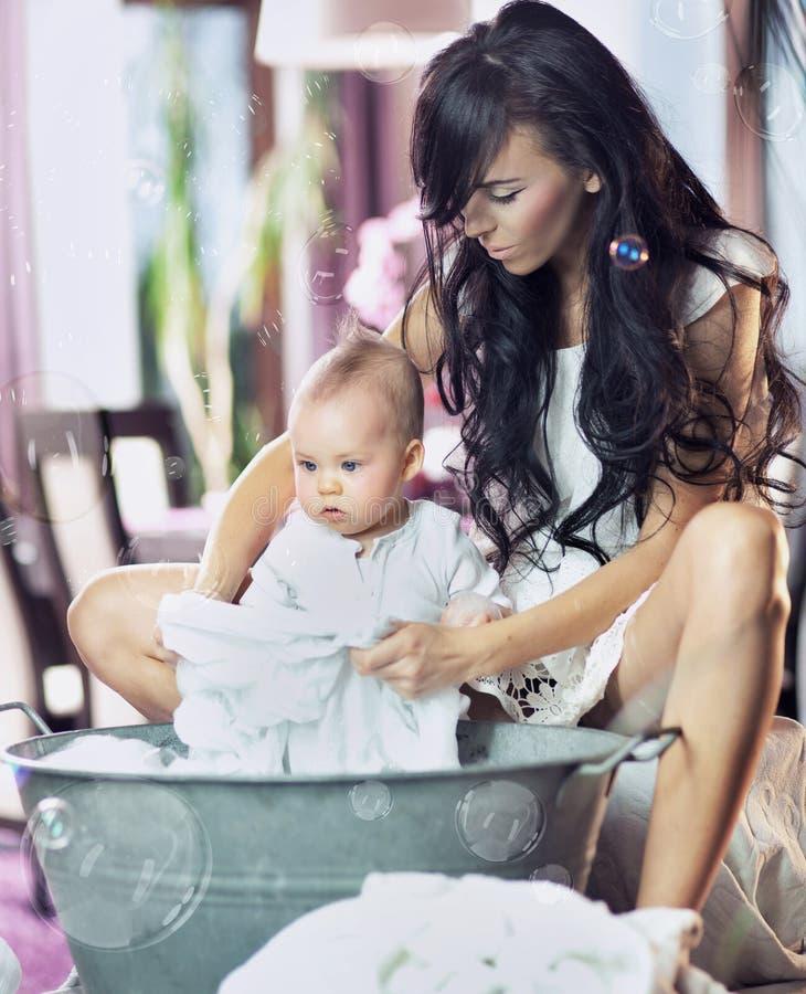 χαριτωμένο πλύσιμο κύβων μωρών στοκ φωτογραφία με δικαίωμα ελεύθερης χρήσης
