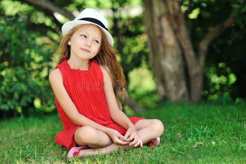 Χαριτωμένο πορτρέτο κοριτσιών σε ένα θερινό πράσινο πάρκο στοκ εικόνα
