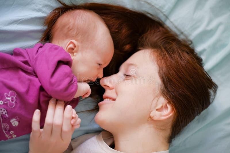 Χαριτωμένο πορτρέτο της ευτυχούς μητέρας και του γελώντας μωρού στοκ φωτογραφία