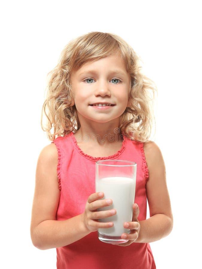 Χαριτωμένο ποτήρι εκμετάλλευσης μικρών κοριτσιών του γάλακτος που απομονώνεται στοκ φωτογραφίες με δικαίωμα ελεύθερης χρήσης