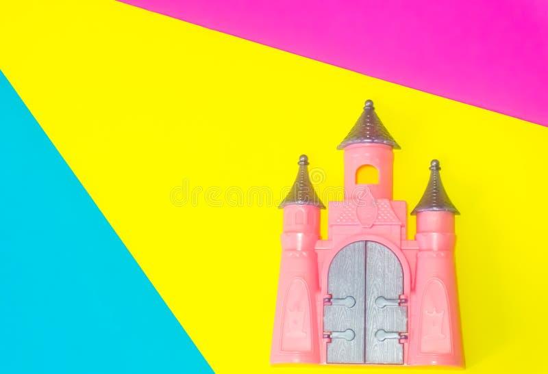 Χαριτωμένο ρόδινο παιχνίδι του Castle στο μπλε, κίτρινο και ρόδινο υπόβαθρο διανυσματική απεικόνιση