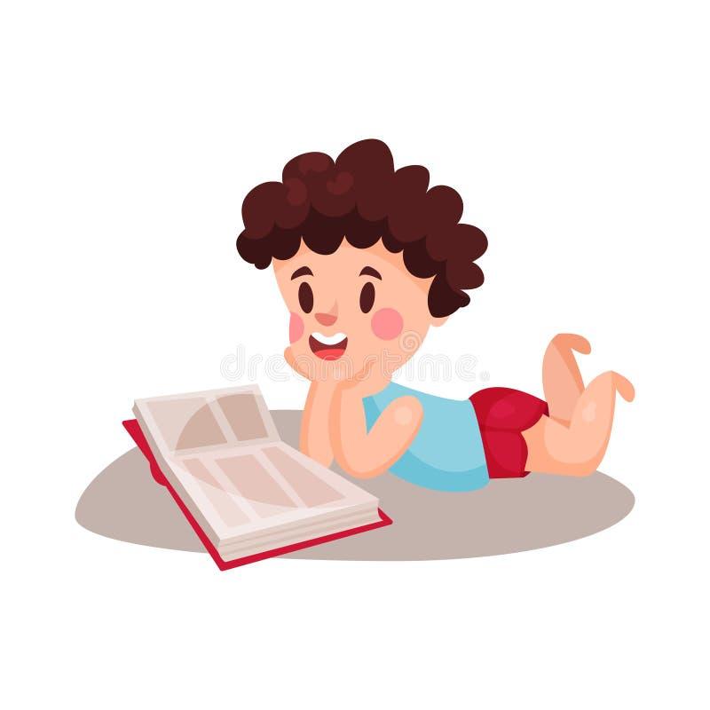Χαριτωμένο σγουρό μικρό παιδί που βρίσκεται στο στομάχι του και που διαβάζει μια έννοια βιβλίων, εκπαίδευσης και γνώσης, ζωηρόχρω ελεύθερη απεικόνιση δικαιώματος