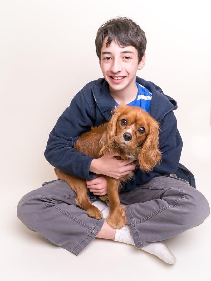 χαριτωμένο σκυλί αγοριών το κουτάβι του στοκ φωτογραφία με δικαίωμα ελεύθερης χρήσης