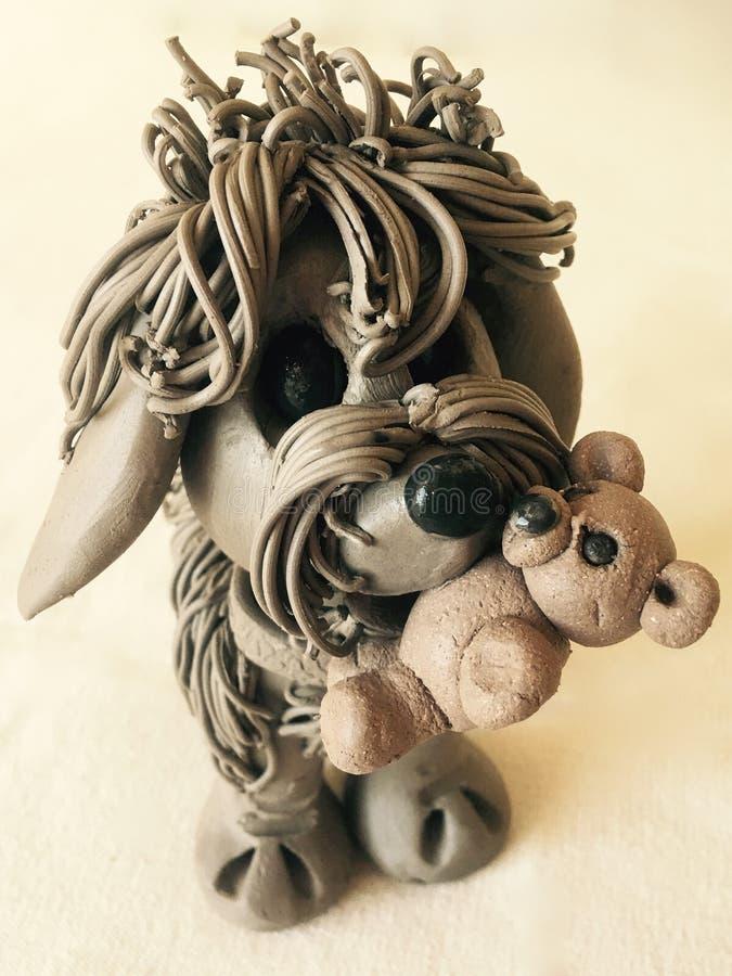 Χαριτωμένο σκυλί αργίλου με Teddy στοκ εικόνες