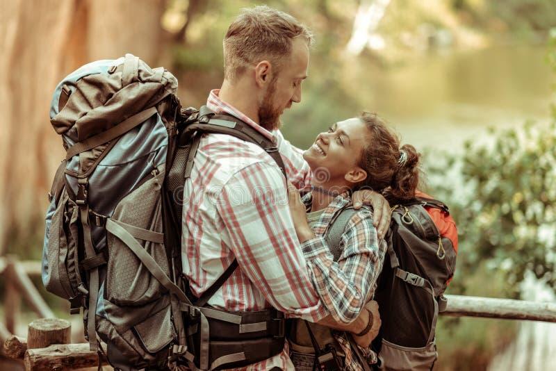 Χαριτωμένο συμπαθητικό ευχαριστημένο ζεύγος που αγκαλιάζει το ένα το άλλο στοκ εικόνες με δικαίωμα ελεύθερης χρήσης