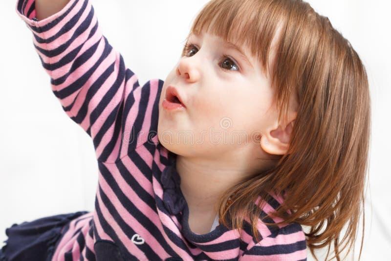Χαριτωμένο, το μικρό κορίτσι βάζει σε ένα πάτωμα στοκ εικόνα με δικαίωμα ελεύθερης χρήσης
