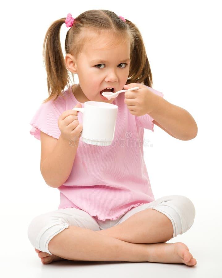 χαριτωμένο τρώγοντας κορίτσι λίγο γιαούρτι στοκ φωτογραφίες με δικαίωμα ελεύθερης χρήσης