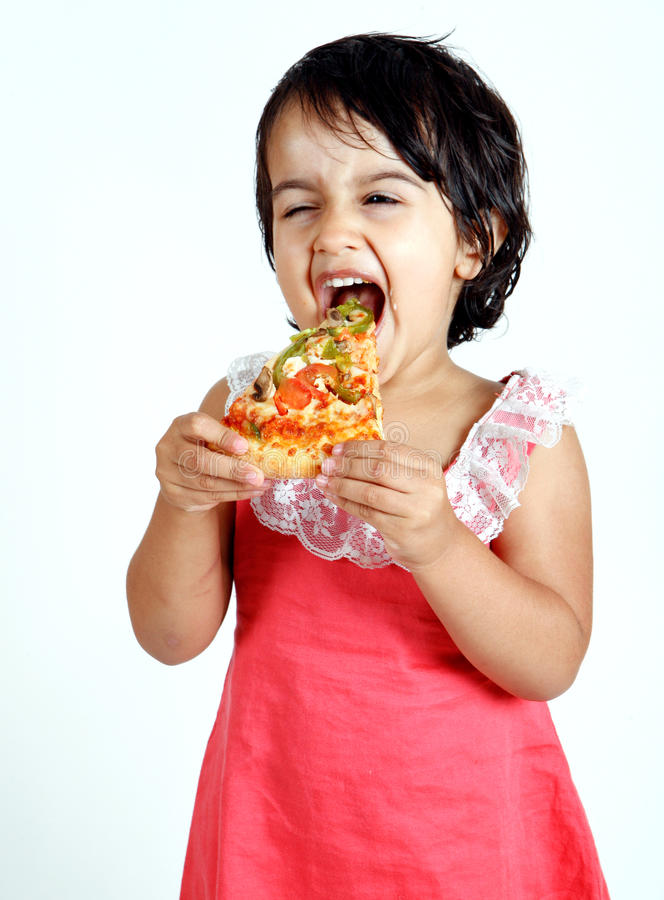 χαριτωμένο τρώγοντας μικρό  στοκ εικόνες