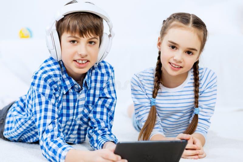 Χαριτωμένο τυχερό παιχνίδι παιδιών στην ταμπλέτα στοκ εικόνες με δικαίωμα ελεύθερης χρήσης