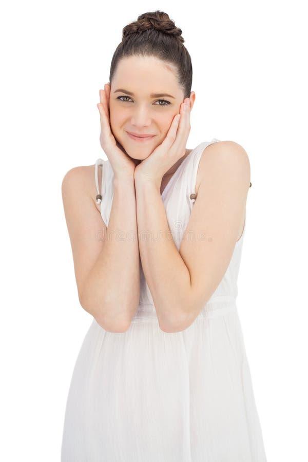 Χαριτωμένο φυσικό πρότυπο στην άσπρη τοποθέτηση φορεμάτων στοκ φωτογραφίες