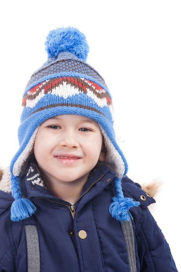 Χαριτωμένο χαμογελώντας αγόρι με τα χειμερινά ενδύματα, που απομονώνεται στοκ εικόνα με δικαίωμα ελεύθερης χρήσης
