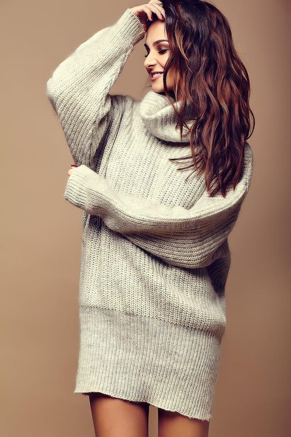 Χαριτωμένο χαμογελώντας κορίτσι γυναικών brunette στο περιστασιακό θερμό γκρίζο πουλόβερ hipster στοκ εικόνες με δικαίωμα ελεύθερης χρήσης