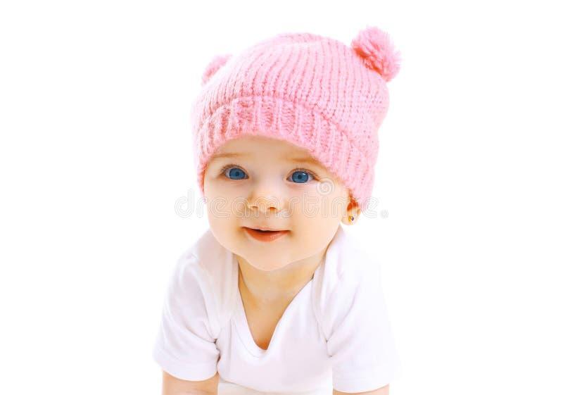 Χαριτωμένο χαμογελώντας μωρό πορτρέτου στο πλεκτό ρόδινο καπέλο στο λευκό στοκ εικόνα με δικαίωμα ελεύθερης χρήσης