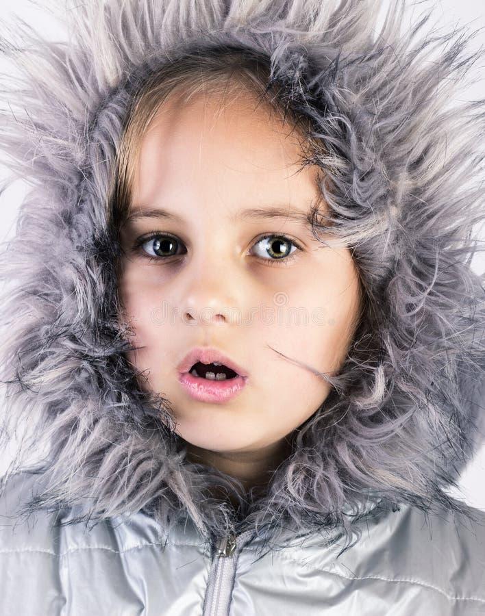 Χαριτωμένο χειμερινό πορτρέτο κοριτσιών στοκ εικόνες