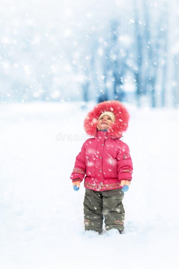 Χαριτωμένο χειμερινό πορτρέτο κοριτσιών στοκ φωτογραφία με δικαίωμα ελεύθερης χρήσης