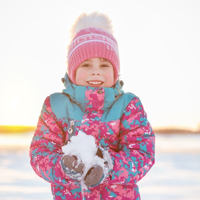 Χαριτωμένο χιόνι εκμετάλλευσης κοριτσιών ηλικίας χαμόγελου προσχολικό στοκ εικόνες