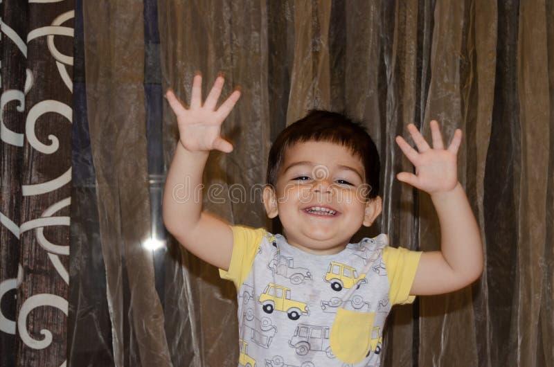 Χαριτωμένο χρονών αγόρι δύο που κάνει τα αστεία πρόσωπα την πρόωρη έννοια ανάπτυξης, πορτρέτο, εκφράσεις προσώπου στοκ εικόνες με δικαίωμα ελεύθερης χρήσης