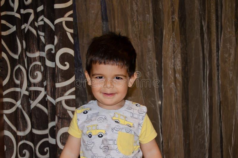 Χαριτωμένο χρονών αγόρι δύο που κάνει τα αστεία πρόσωπα την πρόωρη έννοια ανάπτυξης, πορτρέτο, εκφράσεις προσώπου στοκ φωτογραφία