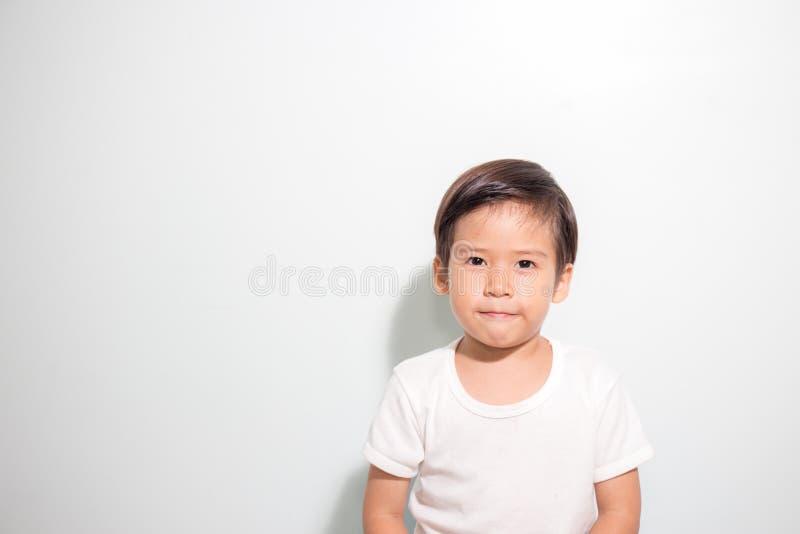 Χαριτωμένο χρονών ασιατικό χαμόγελο αγοριών 3 που απομονώνεται στο άσπρο υπόβαθρο στοκ φωτογραφία με δικαίωμα ελεύθερης χρήσης