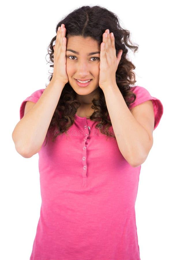 Χαριτωμένο brunette που έχει τον πονοκέφαλο στοκ φωτογραφία