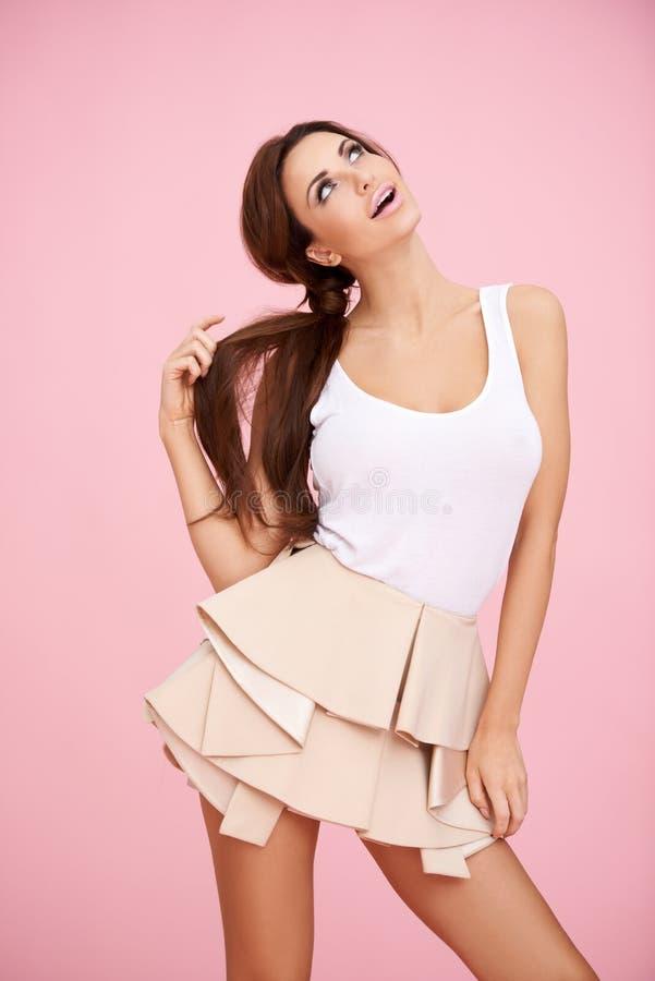 Χαριτωμένο brunette στο ροζ στοκ εικόνα με δικαίωμα ελεύθερης χρήσης