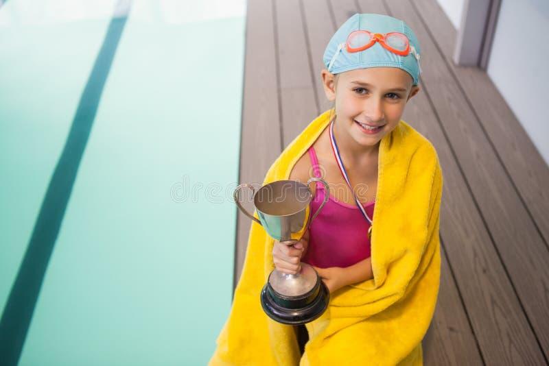 Χαριτωμένο poolside συνεδρίασης μικρών κοριτσιών που τυλίγεται στην πετσέτα στοκ φωτογραφία με δικαίωμα ελεύθερης χρήσης