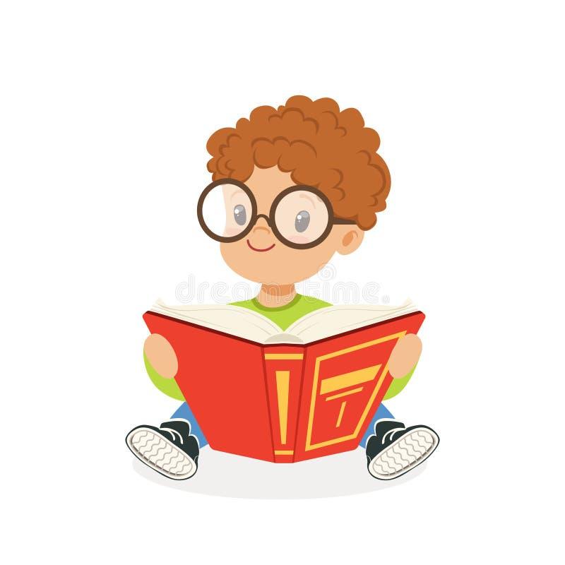 Χαριτωμένο redhead αγόρι που φορά τα γυαλιά που διαβάζουν ένα βιβλίο, παιδί που απολαμβάνει την ανάγνωση, ζωηρόχρωμη διανυσματική ελεύθερη απεικόνιση δικαιώματος
