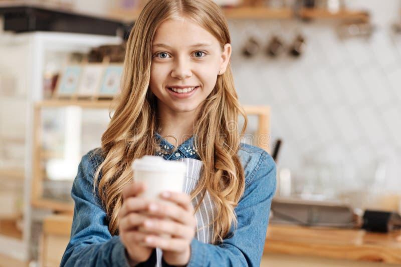Χαρούμενα εφηβικά θερμαίνοντας χέρια barista περίπου ένα φλυτζάνι καφέ στοκ εικόνες με δικαίωμα ελεύθερης χρήσης