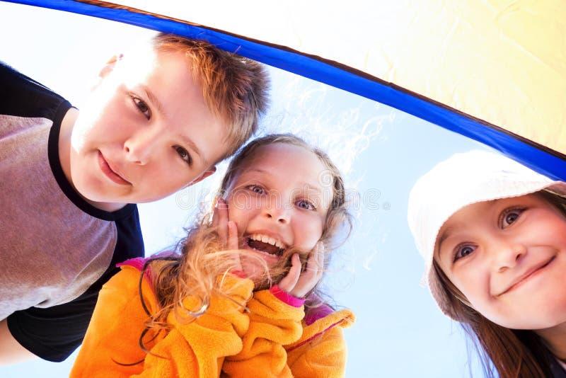 Χαρούμενα παιδιά που ξαφνιάζονται κοιτάζοντας κάτω στοκ φωτογραφίες