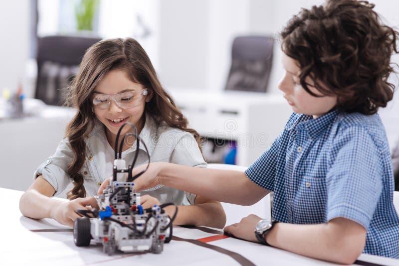 Χαρούμενα παιδιά που έχουν την κατηγορία επιστήμης στο σχολείο στοκ φωτογραφία