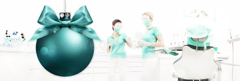 Χαρούμενα Χριστούγεννα από τον οδοντίατρο, οδοντική κλινική με τη σφαίρα Χριστουγέννων backg στοκ φωτογραφία με δικαίωμα ελεύθερης χρήσης