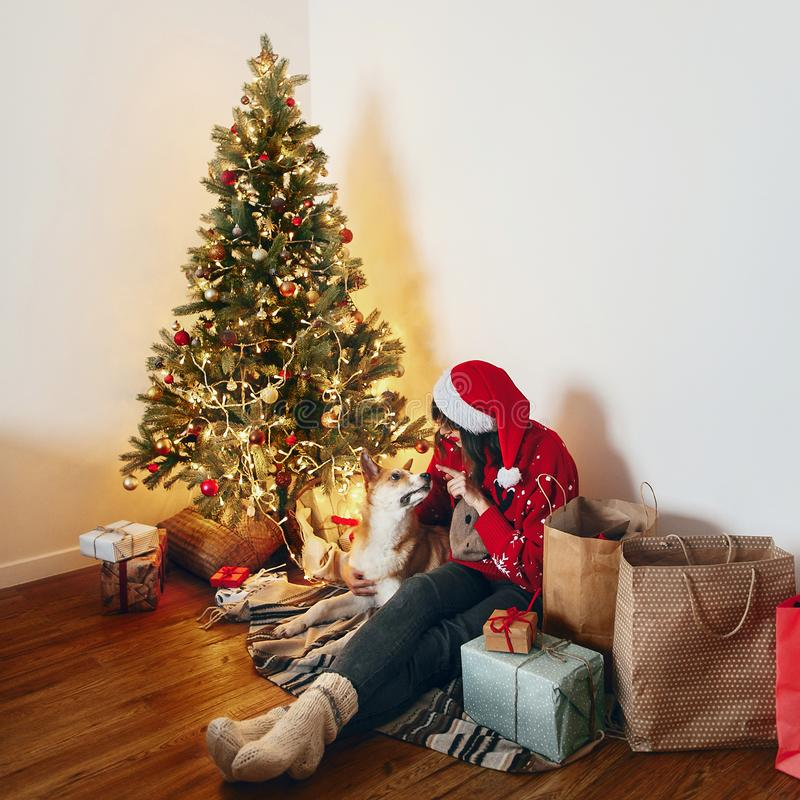 Χαρούμενα Χριστούγεννα και έννοια καλής χρονιάς Ευτυχής μοντέρνη γυναίκα στοκ φωτογραφία με δικαίωμα ελεύθερης χρήσης