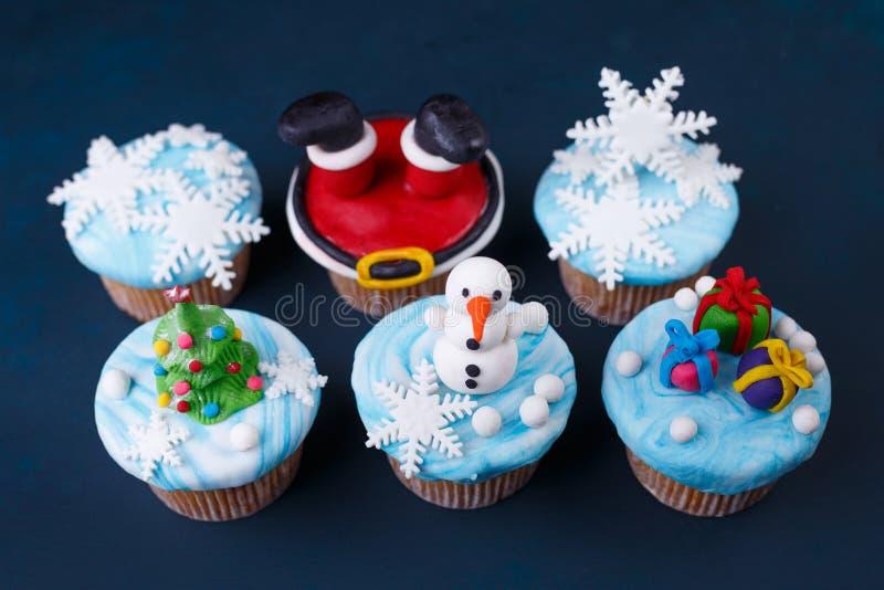 Χαρούμενα Χριστούγεννα και γλυκά καλής χρονιάς καθορισμένες Νόστιμα WI cupcakes στοκ εικόνα με δικαίωμα ελεύθερης χρήσης