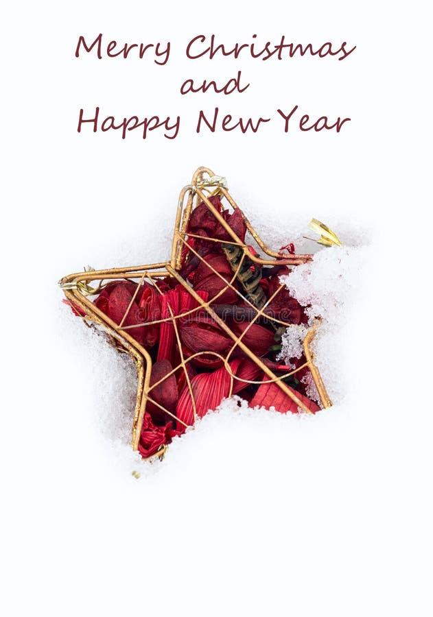 Χαρούμενα Χριστούγεννα και κάρτα καλής χρονιάς με το κόκκινο αστέρι στο άσπρο υπόβαθρο σύστασης χιονιού στοκ φωτογραφία με δικαίωμα ελεύθερης χρήσης