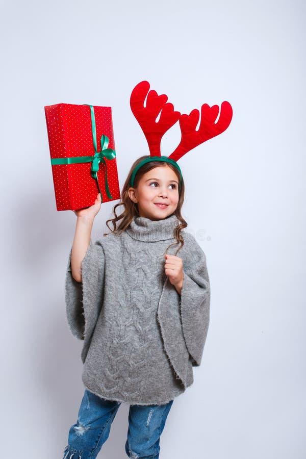Χαρούμενα Χριστούγεννα και καλή χρονιά Ευτυχής λίγο χαμογελώντας κορίτσι με τα κιβώτια δώρων Χριστουγέννων Χαμογελώντας αστείο πα στοκ φωτογραφίες με δικαίωμα ελεύθερης χρήσης
