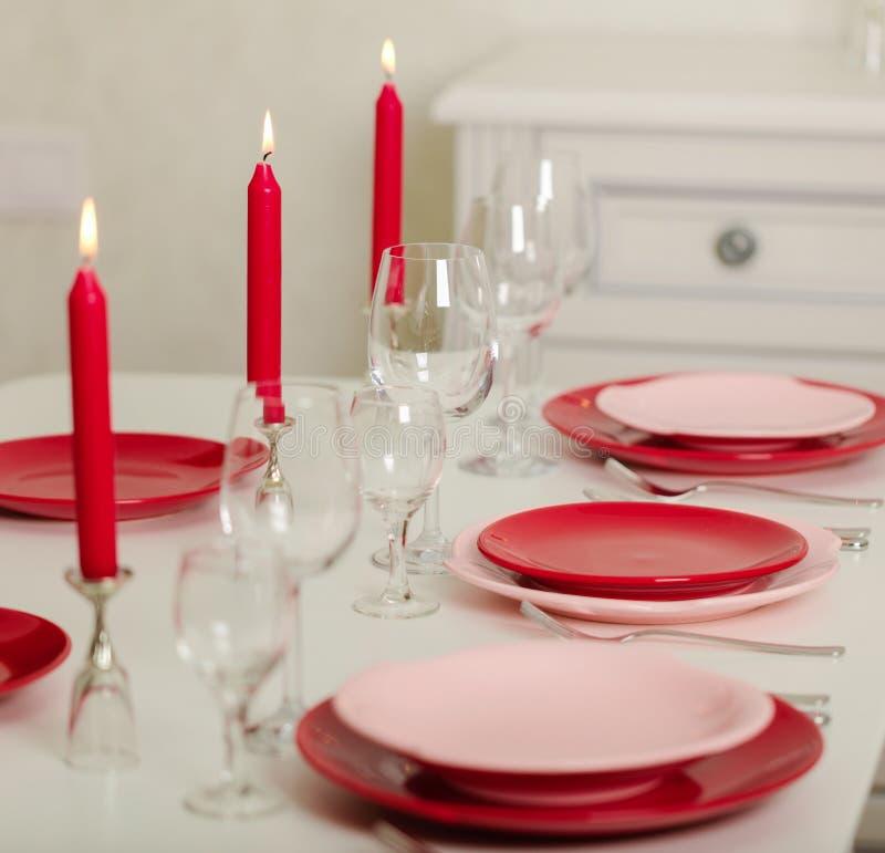 Χαρούμενα Χριστούγεννα και καλή χρονιά! Ο πίνακας θέτοντας - κόκκινα και ρόδινα πιάτα, διακοπές πλεκτό ντεκόρ - Άγιος Βασίλης έπλ στοκ φωτογραφίες με δικαίωμα ελεύθερης χρήσης