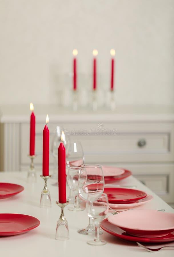 Χαρούμενα Χριστούγεννα και καλή χρονιά! Ο πίνακας θέτοντας - κόκκινα και ρόδινα πιάτα, διακοπές πλεκτό ντεκόρ - Άγιος Βασίλης έπλ στοκ εικόνες με δικαίωμα ελεύθερης χρήσης